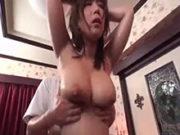 巨乳奥様が割引に釣られエロい乳腺マッサージを初体験!
