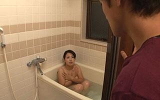 笠月優子(Gカップ)巨乳母のオッパイ揉み吸いして近親相姦_1