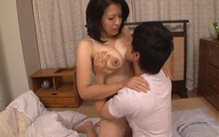 笠月優子(Gカップ)巨乳母のオッパイ揉み吸いして近親相姦_4