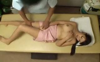北川瞳 OL専門のマッサージ店で猥褻施術!巨乳OLの膣奥に肉棒が突き刺さる_2