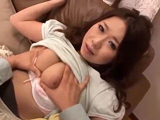 桜井里緒菜(Eカップ)欲求不満な巨乳若妻の大胆パンティ見せつけ誘惑
