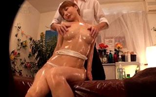 新井エリー(Dカップ)セレブな人妻の敏感乳首をオイルマッサージ_3