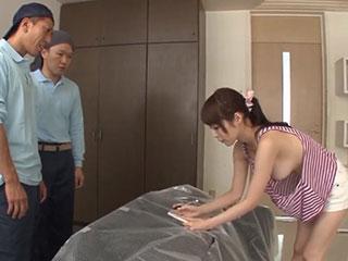 桜井彩(Hカップ)美乳をポロリしまくるお姉さんと玄関先で3P