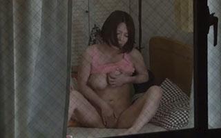 大塚れん(Hカップ)巨乳人妻の誘惑にのせられ濃厚なセックス_2