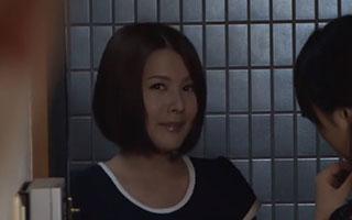 大塚れん(Hカップ)巨乳人妻の誘惑にのせられ濃厚なセックス_3