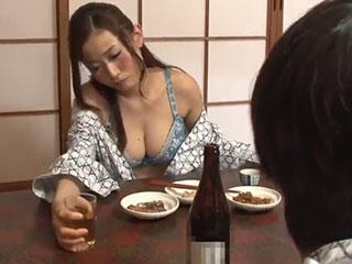 高嶋ゆいか(Gカップ)ノーブラ巨乳が丸見え!泥酔した女上司の浴衣がはだけて生乳ポロリ