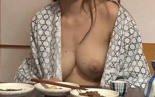 高嶋ゆいか(Gカップ)ノーブラ巨乳が丸見え!泥酔した女上司の浴衣がはだけて生乳ポロリ_1