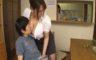 杏美月 欲求を抑えられない爆乳家庭教師がショタをボインで誘惑し性の玩具に_1