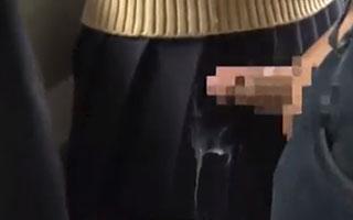 女子校生のスカートにザーメンをぶっかける