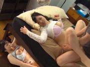川菜ひかる 岡本奈々 巨乳彼女と激しいセックス!ベッドの下に隠れている浮気娘も発情し…