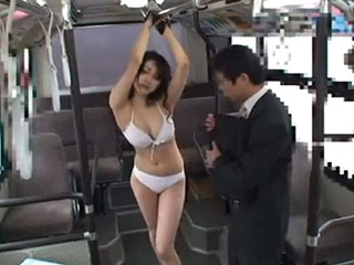 水嶋あずみ バス車内で巨乳娘が拘束吊るし上げ!手を縛られ感じまくりで淫乱に豹変