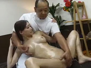 蓮実クレア 失禁マッサージ~施術中に利尿剤が効きすぎて巨乳美女が大量おもらし