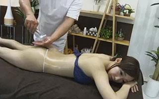 蓮実クレア 失禁マッサージ~施術中に利尿剤が効きすぎて巨乳美女が大量おもらし_2