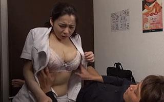 女性マッサージ師の白衣の中から巨乳がお目見え