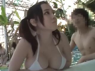 吉川あいみ(Hカップ)中出し痴漢された挙げ句、全裸のままウォータスライダーへやり捨てされる巨乳娘