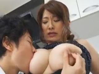 Jカップの爆乳母と中出し母子セックス 白鳥寿美礼
