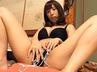 部屋で一人オナニーに耽る巨乳美熟女 彩奈リナ