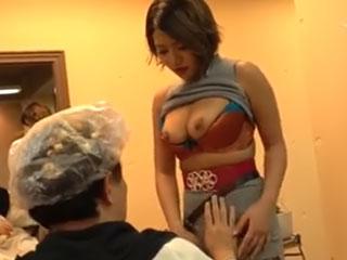 Gカップおっぱいポロリ♪ サービス満点の巨乳美容師さん 今井夏帆