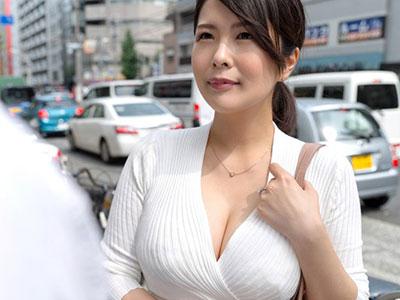 美しい胸元を待行く人に惜しげもなく露出する巨乳妻 福咲れん