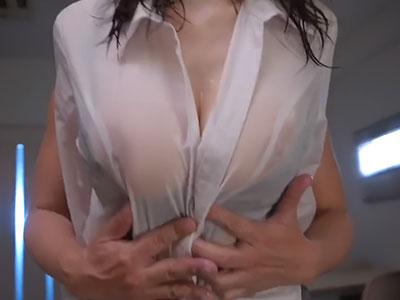 ズブ濡れになり透けてしまった美乳 JULIA