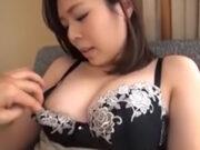 ブラを下げると品のある乳首がお目見え! 椎名結希