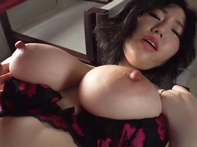 乳首ビンビンの巨乳人妻 佐山愛
